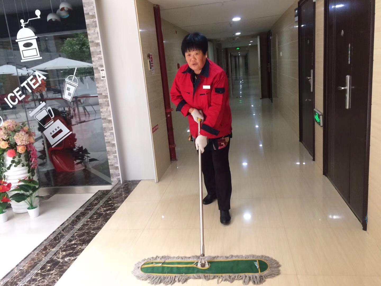 齐峰物业保洁人员清洁凤铭广场写字楼地面中